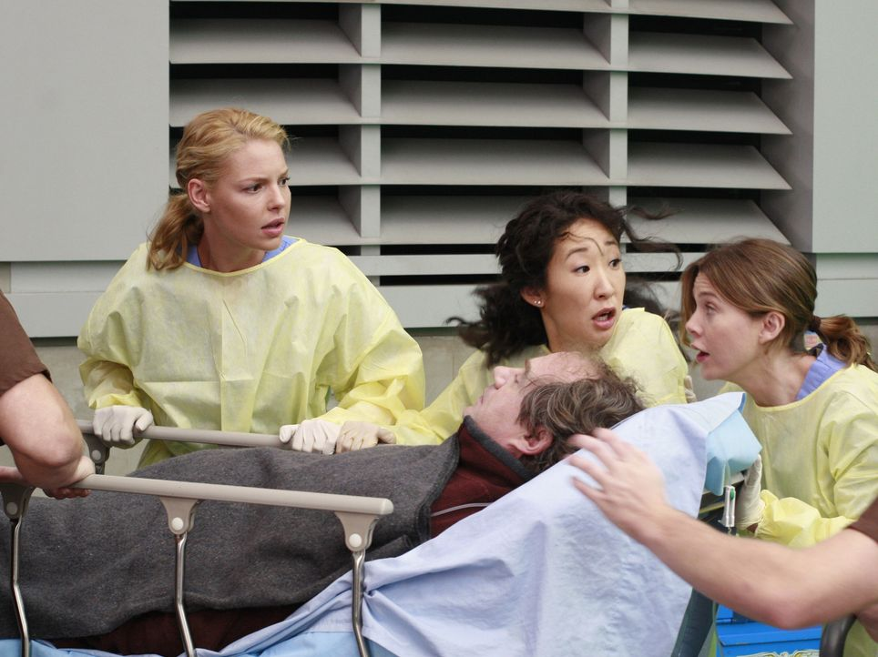 Während Izzie (Katherine Heigl, l.), Cristina (Sandra Oh, M.) und Meredith (Ellen Pompeo, r.) einen Patienten entgegennehmen, rast ein anderer Krank... - Bildquelle: Touchstone Television