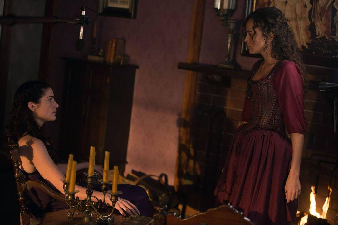 Tituba macht Mary (l.) klar, dass die Ältesten des Hexenzirkels nicht länger mit der Gefahr, die von George Sibley ausgeht, leben wollen. - Bildquelle: 2013-2014 Fox and its related entities.  All rights reserved.