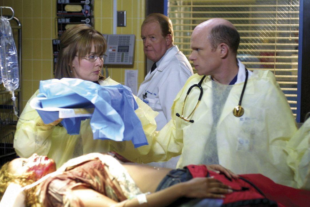 Dr. Romano (Paul McCrane, r.) hoffte auf den Posten des medizinischen Beraters, doch auf Betreiben des Stadtrats wurde Dr. Weaver (Laura Innes, r.)... - Bildquelle: TM+  2000 WARNER BROS.