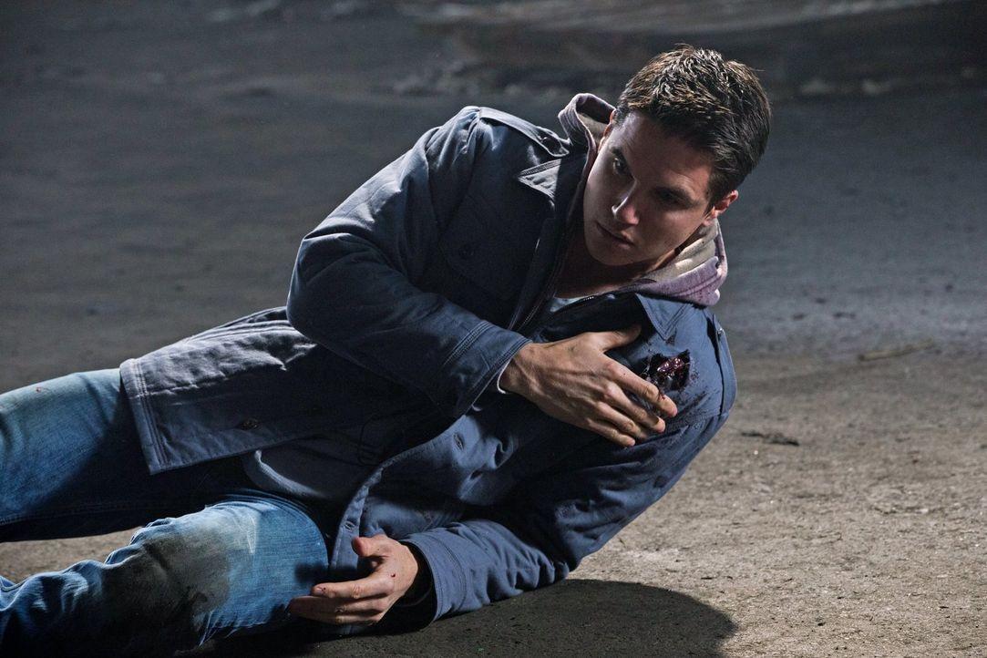 Als Cara und ihr Team einen Hinterhalt planen, kommt Stephen (Robbie Amell) dabei nicht besonders gut weg ... - Bildquelle: Warner Bros. Entertainment, Inc