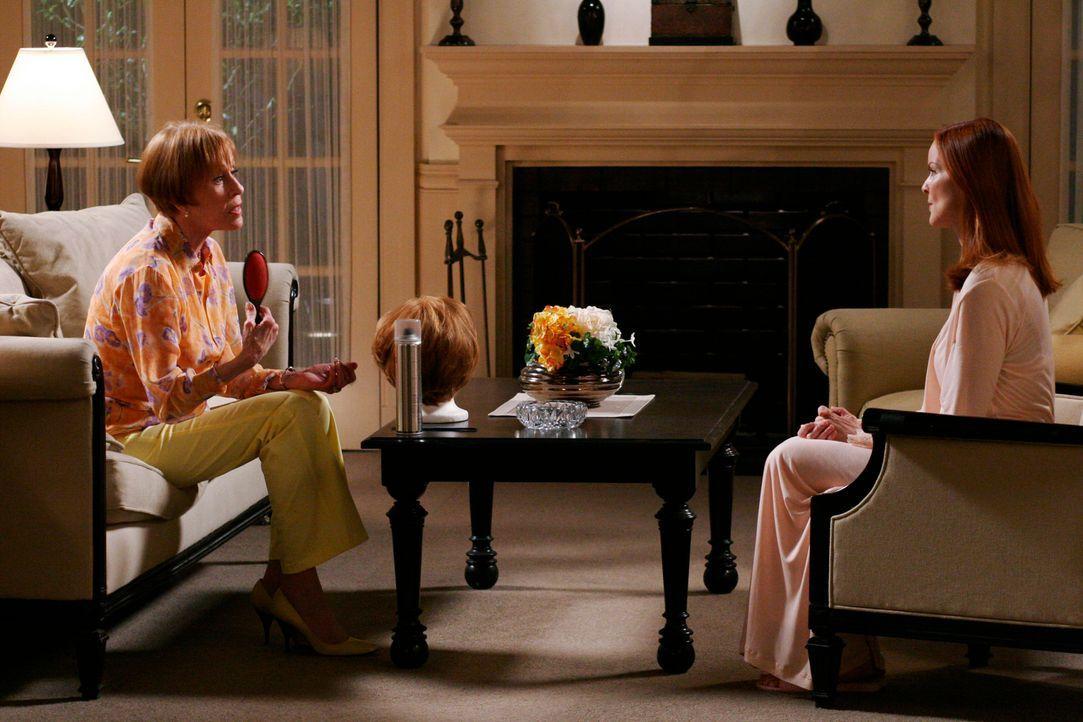 Henry und Eleanor (Carol Burnett, l.) sind entsetzt, als sie erfahren, dass ihr Enkel schwul sein soll und dass es Bree (Marcia Cross, r.) anscheine... - Bildquelle: 2005 Touchstone Television  All Rights Reserved