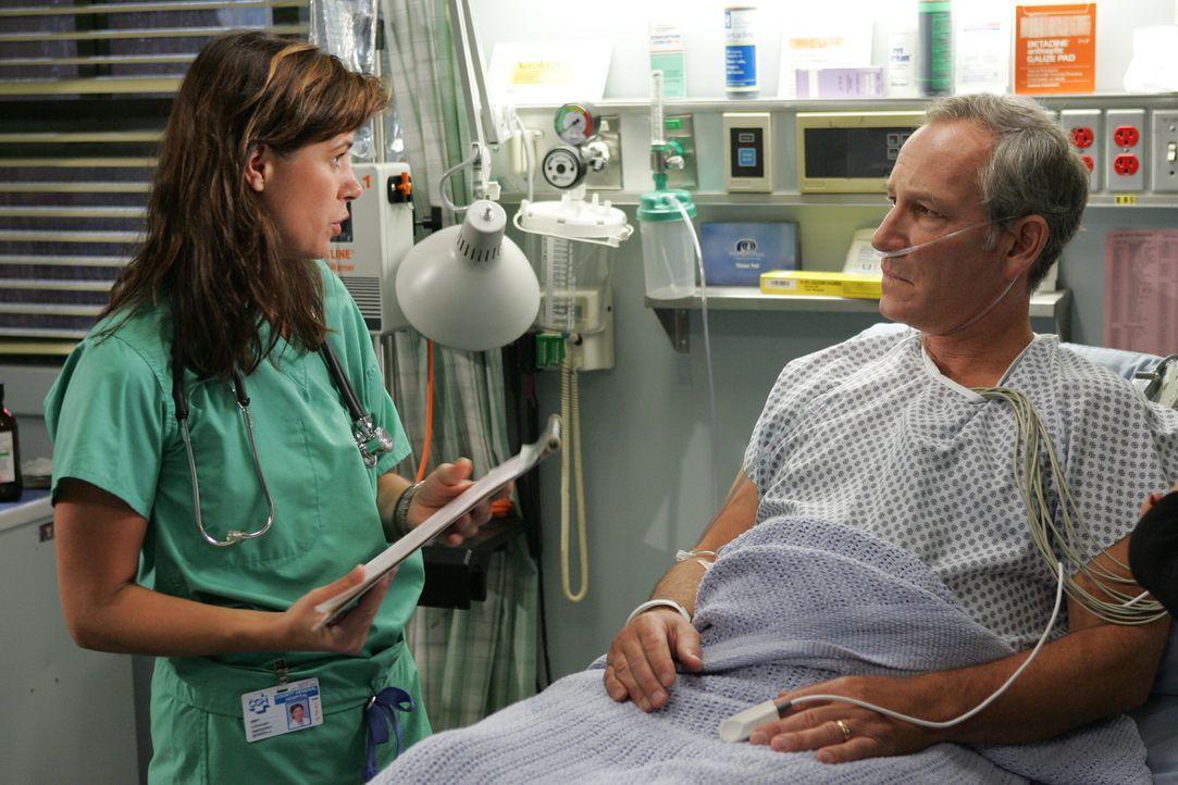 Nachdem Abby (Maura Tierney, l.) mit Dubenko geredet hat, behandelt sie einen Mann (Paul Norwood, r.), der während eines Schäferstündchen mit einem... - Bildquelle: Warner Bros. Television