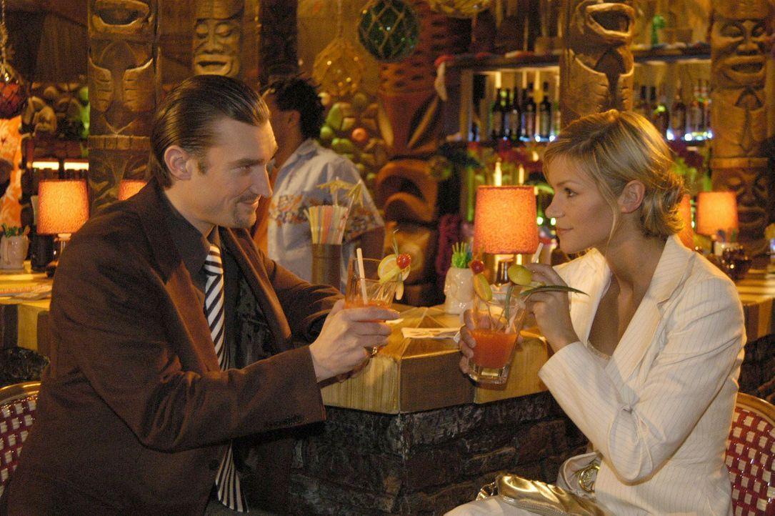 Richard von Brahmberg (Karim Köster, l.) hat mitbekommen, dass sich die intrigante Sabrina Hofmann (Nina-Friederike Gnädig, r.) für den Assistent... - Bildquelle: Sat.1