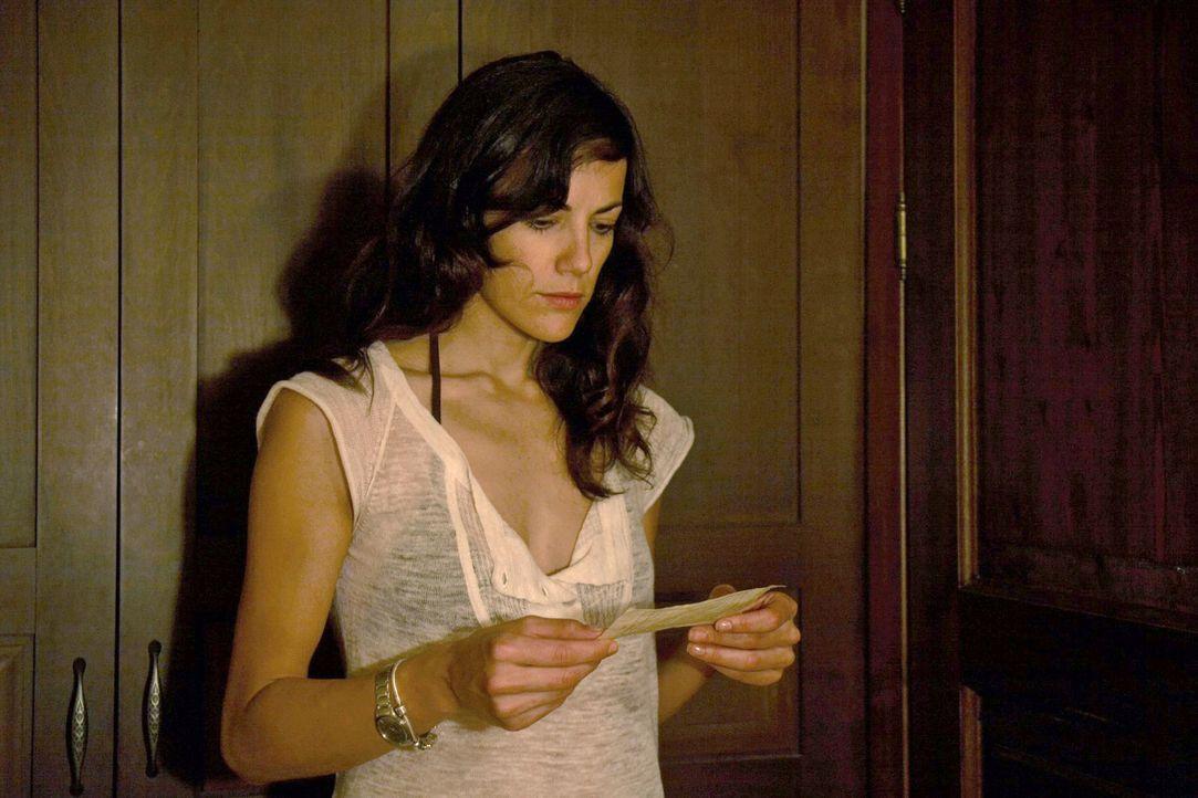 Claudia (Bettina Zimmermann) ist schockiert, als sie eine vermeintliche Abschiedsbotschaft von Thomas erhält. - Bildquelle: Sat.1