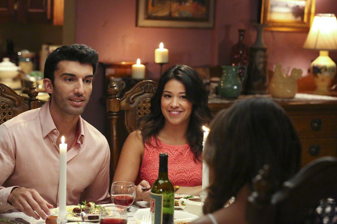 Jane (Gina Rodriguez, M.) möchte, dass ihre Mutter Xo (Andrea Navedo, r.) Rafael (Justin Baldoni, l.) kennenlernt - doch diese ist davon nicht begei... - Bildquelle: 2014 The CW Network, LLC. All rights reserved.