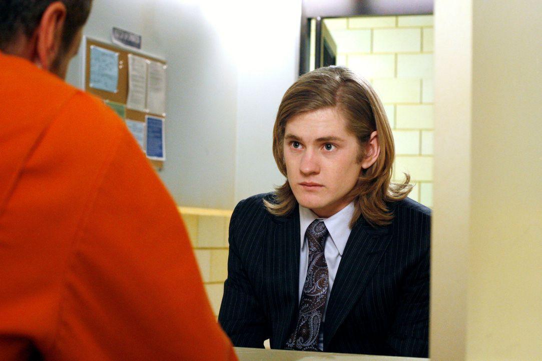 Nur auf Wunsch von Mike besucht Zach (Cody Kasch, r.) Paul (Mark Moses, l.) im Gefängnis ... - Bildquelle: 2005 Touchstone Television  All Rights Reserved