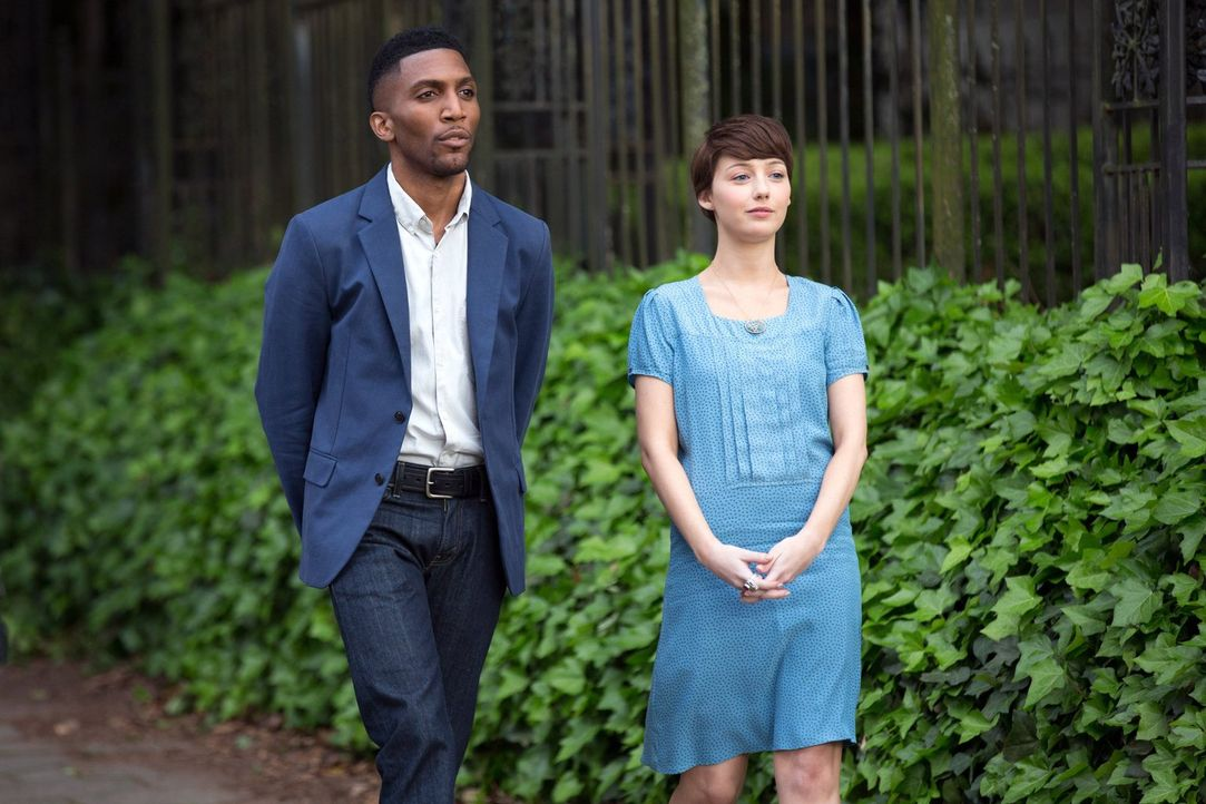 Wer sind Cassie (Natalie Dreyfuss, r.) und Vincent (Yusuf Gatewood, l.) wirklich? - Bildquelle: Warner Bros. Television