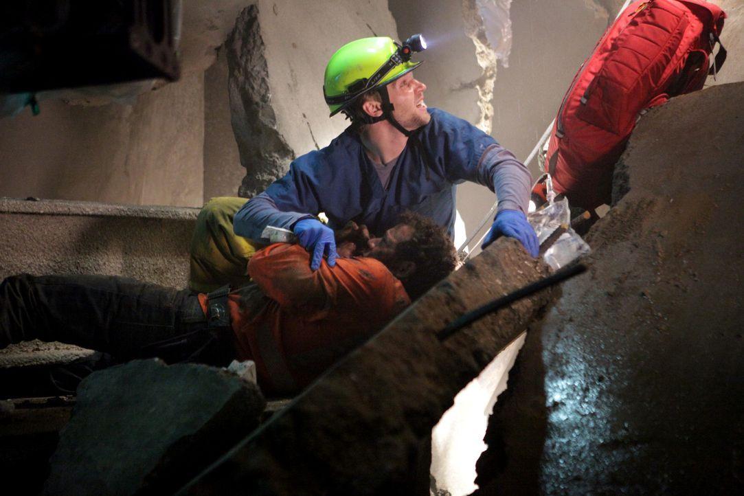 Bauarbeiter Joe (Joshua Biton, l.) steckt in Trümmern fest: Dr. DeLeo (Mike Vogel, r.) befreit ihn höchstpersönlich - werden beide lebend rauskom... - Bildquelle: Warner Brothers