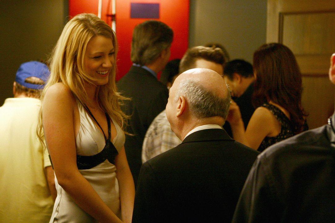 Serena (Blake Lively, l. ) lernt Cyrus (Wallace Shawn, r.), den neuen Freund von Blairs Mutter, kennen ... - Bildquelle: Warner Brothers