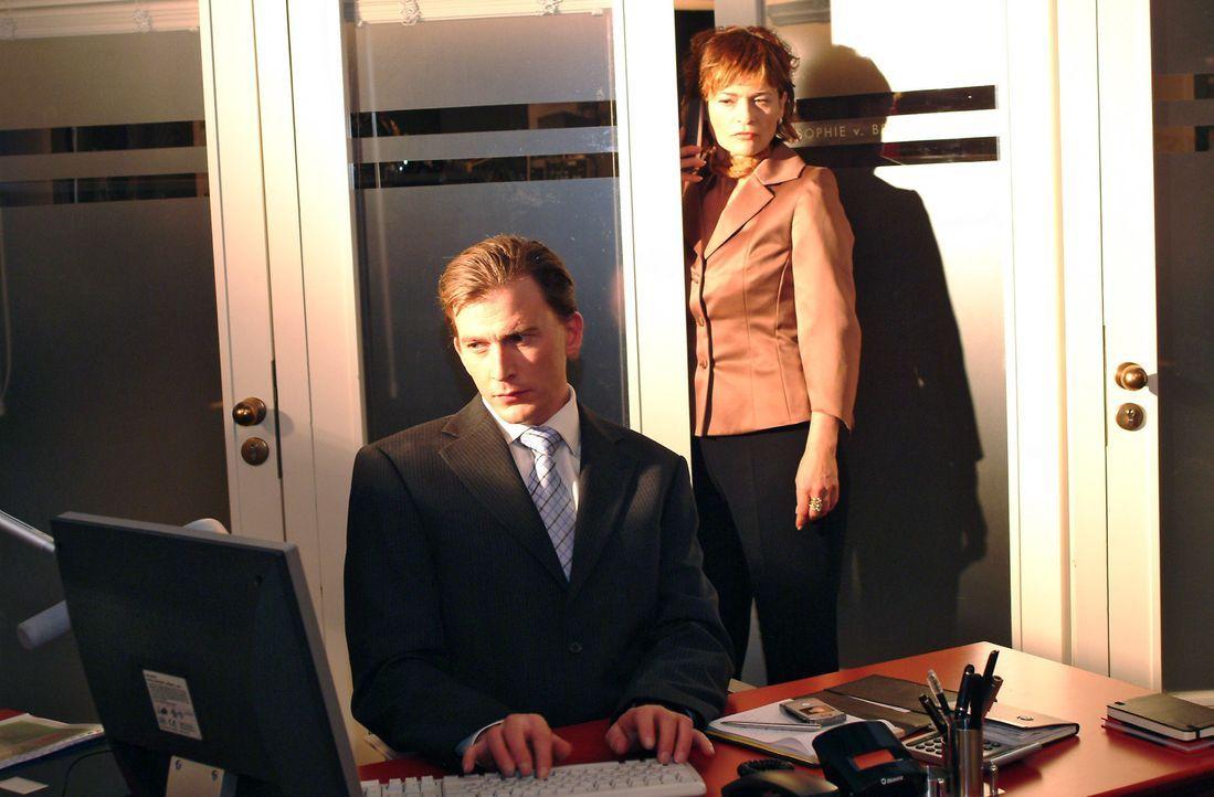 Sophie (Gabrielle Scharnitzky, r.) spioniert Olaf (Axel Röhrle, l.) hinterher. - Bildquelle: Monika Schürle SAT.1 / Monika Schürle