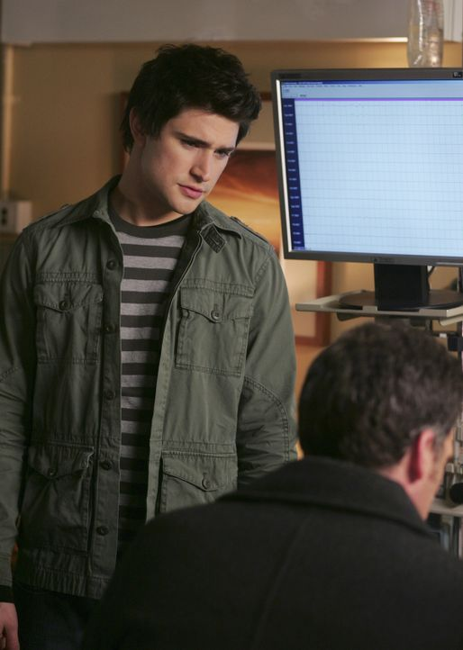 Im Krankenhaus erfährt Kyle (Matt Dallas, l.) von den Problemen zwischen Stephen (Bruce Thomas, r.) und seinem Vater William, der allerdings nicht... - Bildquelle: TOUCHSTONE TELEVISION