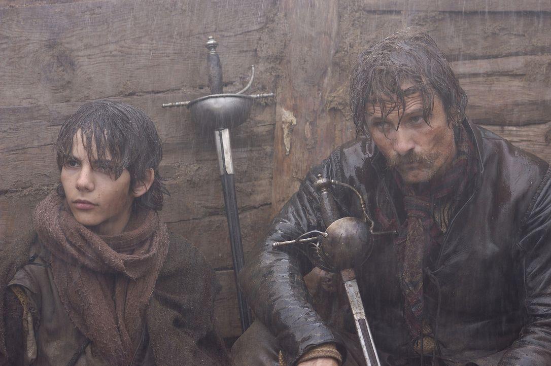 Der verwegene Flandern-Veteran Captain Diego Alatriste (Viggo Mortensen, r.) ist für seinen Mut berühmt. Doch als er einem sterbenden Kameraden ve... - Bildquelle: José Haro TF1 International