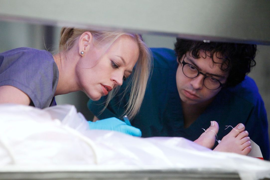 Ethan (Geoffrey Arend, r.) und Kate (Jeri Ryan, l.) untersuchen die Leiche der jungen Melissa Waxman, die kurz vor ihrer Trauung vom Balkon der Hoch... - Bildquelle: 2011 American Broadcasting Companies, Inc. All rights reserved.
