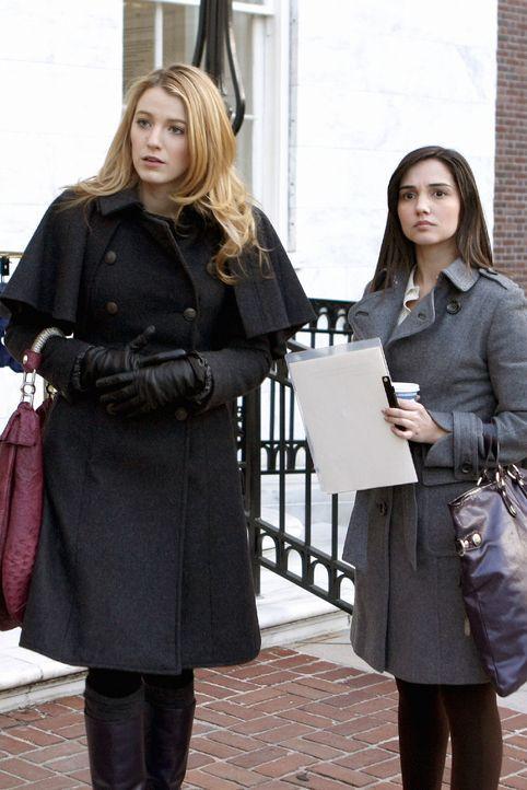 Blair will sich an Miss Carr (Laura Breckenridge, r.) rächen und setzt via Gossip Girl ein Gerücht in die Welt, das die Liebe von Serena (Blake Live... - Bildquelle: Warner Brothers