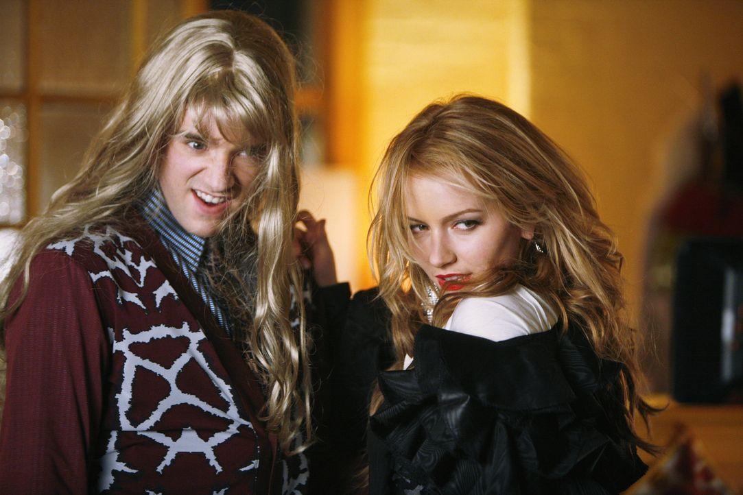 """Versuchen Betty zu """"sexifizieren"""": Amanda (Becki Newton, r.) und Marc (Michael Urie, l.) ... - Bildquelle: 2008   ABC Studios"""