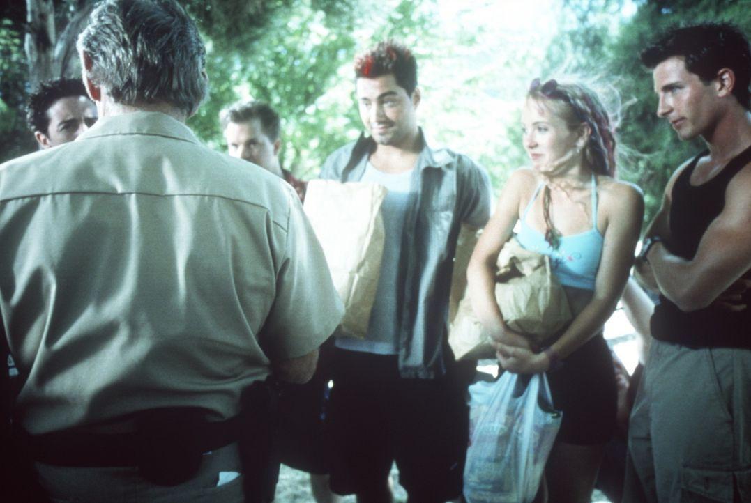 Brady (Mark McLachlan, r.) und Duncan (Chris Solari, 3.v.r.) verbringen gemeinsam mit weiteren Freunden ihre Frühlingsferien auf einem Hausboot. Do... - Bildquelle: Nu Image