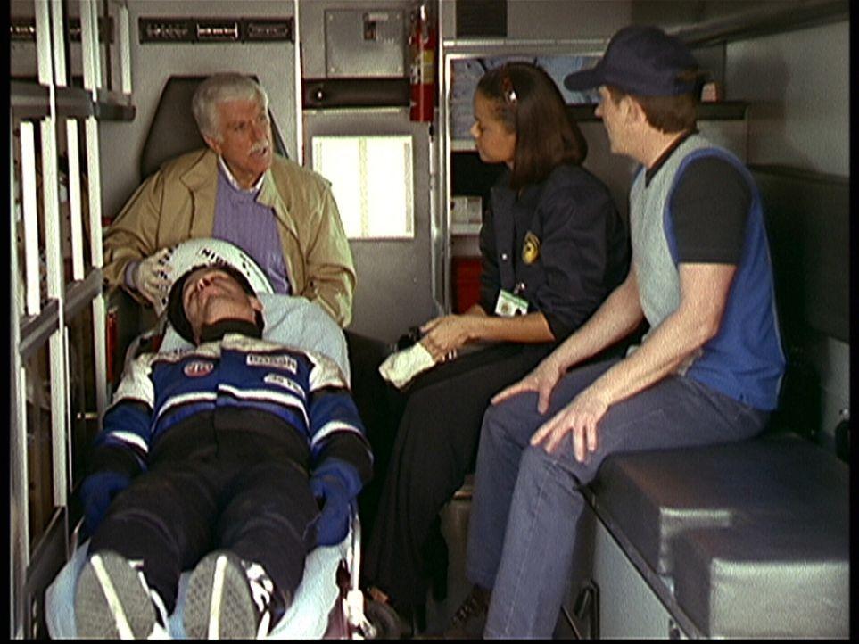 Mark (Dick Van Dyke, hinten l.), Steve (Barry Van Dyke, r.) und Amanda (Victoria Rowell, 2.v.r.) versorgen den Autorennfahrer Matt Thomas (Scott Lay... - Bildquelle: Viacom