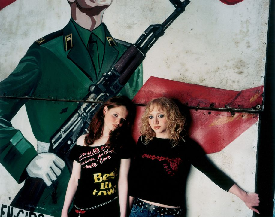 Ihre Freundschaft wird auf eine ganz harte Probe gestellt: Kati (Anna Maria Mühe, r.) und Steffi (Karoline Herfurth, l.) ... - Bildquelle: 2003 Sony Pictures Television International. All Rights Reserved.