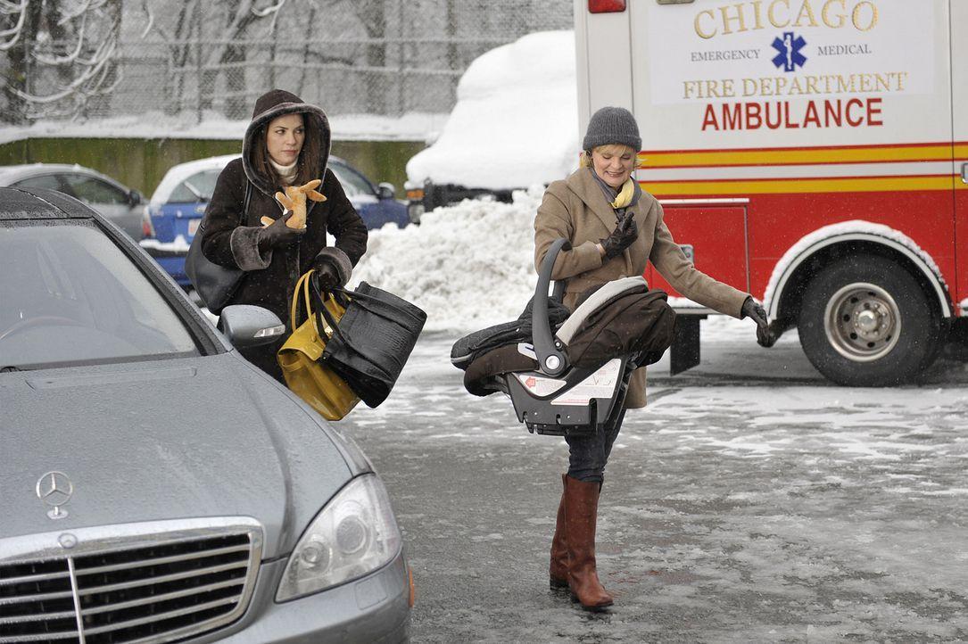 Patti Nyholm (Martha Plimpton, r.) vertritt eine Versicherung, die eine teure In-Utero-Operation nicht bezahlen will, da sie von der Police nicht ge... - Bildquelle: CBS Studios Inc. All Rights Reserved.
