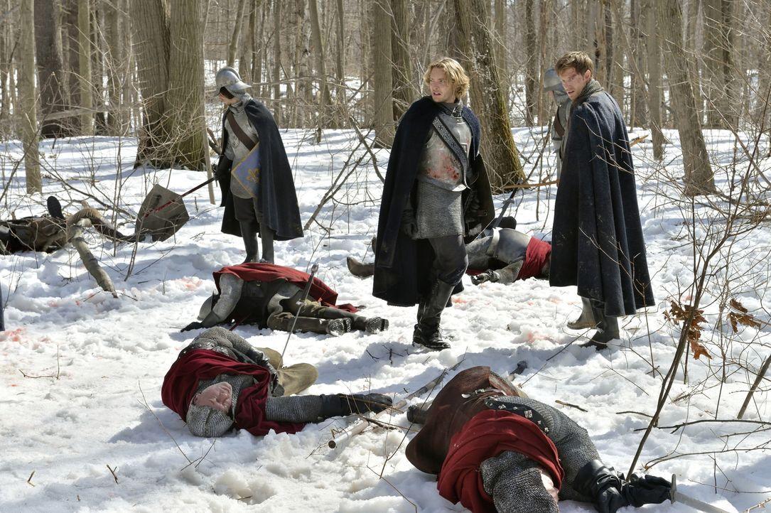 Im blutigen Kampf gegen die Engländer bekommt Francis (Toby Regbo, stehend M.) unerwartet Unterstützung von Leith (Jonathan Keltz, stehend r.), der... - Bildquelle: 2013 The CW Network, LLC. All rights reserved.
