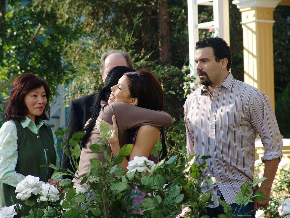 Gabrielle (Eva Longoria, 2.v.r.) verabschiedet Xiao-Mei (Gewndoline Yeo, 2.v.l.) mit Tränen in den Augen und schnell wird klar, dass auch die junge... - Bildquelle: 2005 Touchstone Television  All Rights Reserved