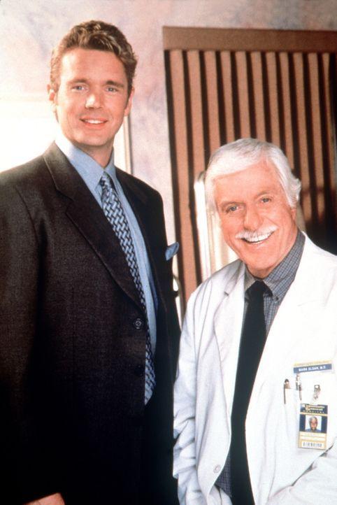 Nach einigen unangenehmen Verwicklungen vertragen sich Mark (Dick Van Dyke, r.) und Brett (John Schneider, l.) wieder. - Bildquelle: Viacom