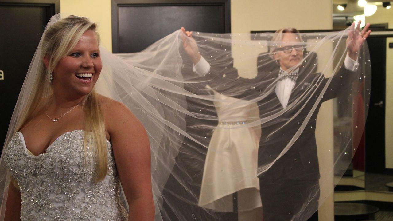 Ihr Kleid hat Braut Cassi (l.) bereits gefunden, aber jetzt braucht sie noch einen Kirchentauglichen Schleier. Monte (r.) ist sofort zur Stelle ... - Bildquelle: TLC & Discovery Communications