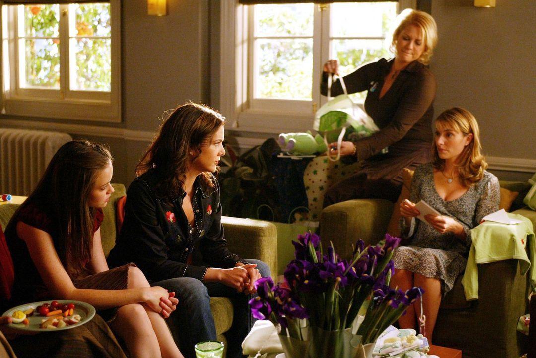 Sherry (Mädchen Amick, r.) lädt Rory (Alexis Bledel, l.) zu ihrer Babyparty ein. Als Lorelai (Lauren Graham, 2.v.l.) ihre Tochter nach Boston fährt,... - Bildquelle: 2002 Warner Bros.