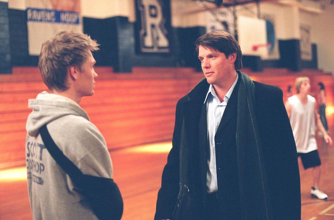 Lucas (Chad Michael Murray, l.) kann nicht fassen, dass sich Dan (Paul Johansson, r.) die Werkstatt von Keith unter den Nagel gerissen hat ... - Bildquelle: Warner Bros. Pictures