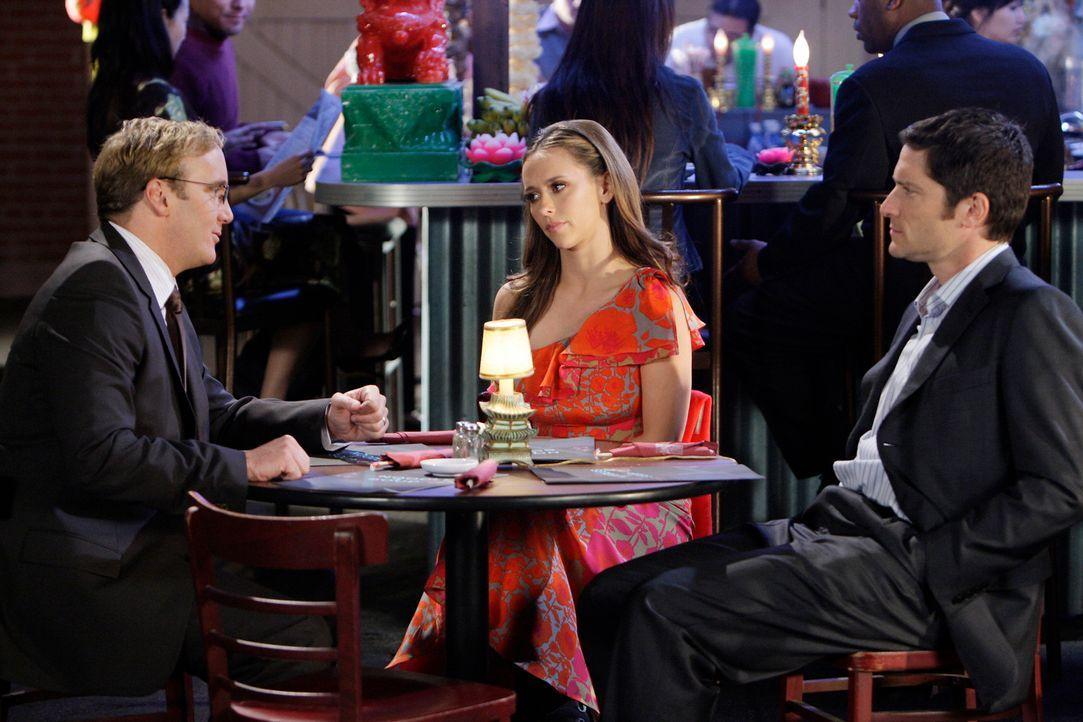 Um die Situation etwas aufzulockern, hat Rick Payne (Jay Mohr, l.) Melinda (Jennifer Love Hewitt, M.) und Jim (David Conrad, r.) gebeten, ihn zum Es... - Bildquelle: ABC Studios
