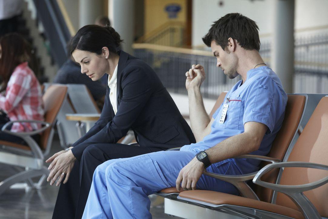 Alex (Erica Durance, l.) bräuchte gerade dringend eine Schulter zum Anlehnen, doch Joel (Daniel Gillies, r.) hat selbst mit großen Problemen zu kämp...