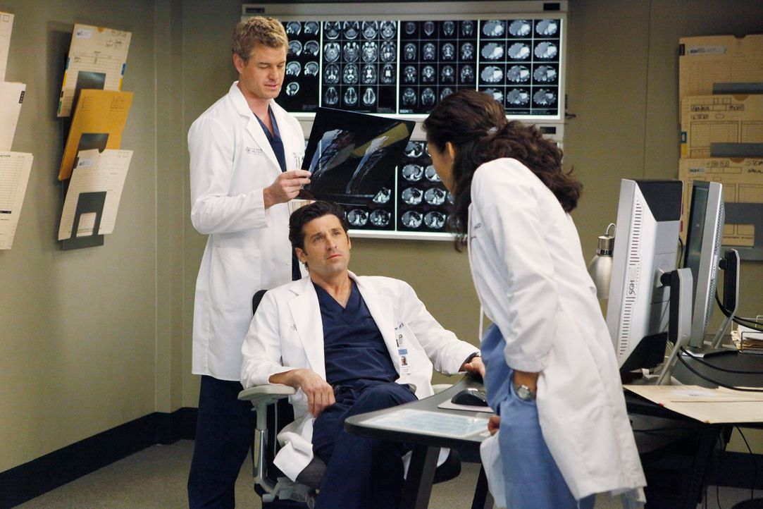 Aufregung im Seattle Grace Hospital: Marc (Eric Dane, l.), Derek (Patrick Dempsey, M.) und Cristina (Sandra Oh, r.) ... - Bildquelle: Touchstone Television