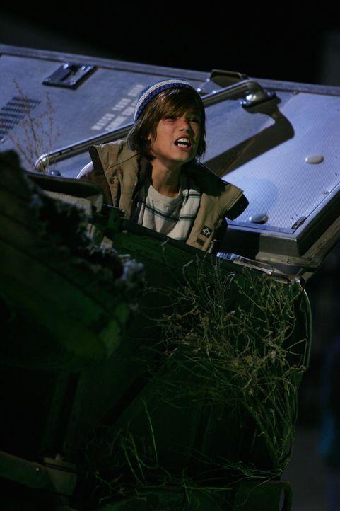 Milo (Remy Thorne) macht Abby darauf aufmerksam, dass noch eine Frau im Bus ist ... - Bildquelle: Warner Bros. Television