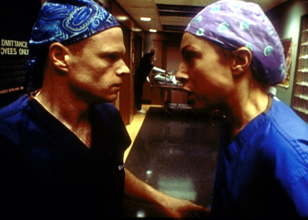 Selbst den Zyniker Romano (Paul McCrane, l.) lässt es nicht kalt, dass er und Corday (Alex Kingston, r.) ihrer Kollegen Lucy nicht das Leben retten... - Bildquelle: TM+  2000 WARNER BROS.