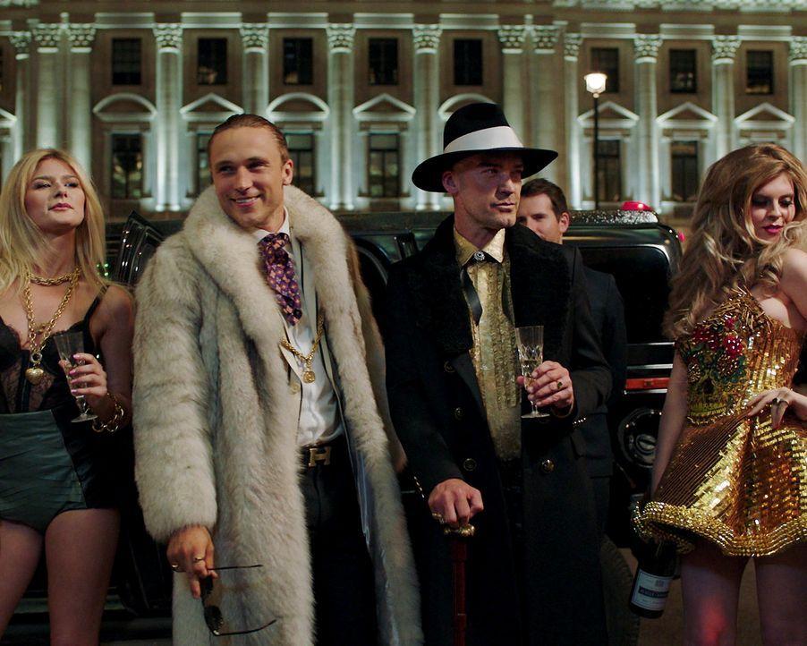 Als Cyrus (Jake Maskall, 2.v.r.) zustimmt, Liam (William Moseley, 2.v.l.) unter seine Fittiche zu nehmen, wird der Prinz plötzlich in Cyrus ausschwe... - Bildquelle: 2018 Lions Gate Entertainment Inc. All Rights Reserved.