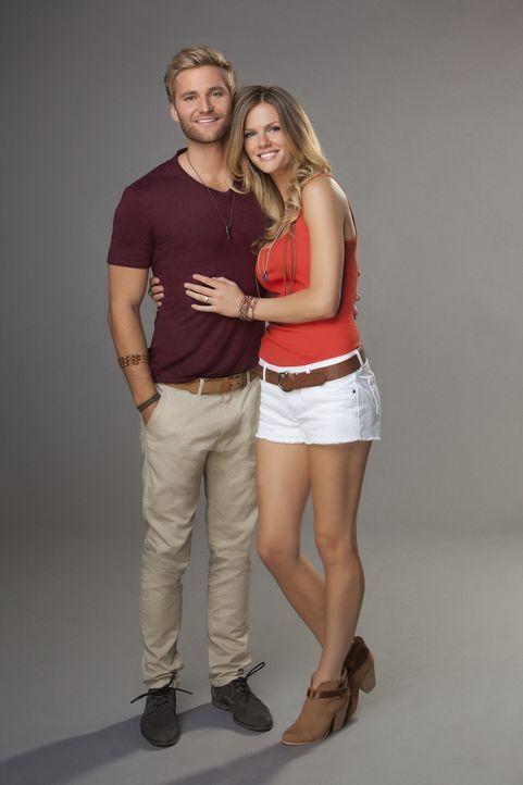 (1. Staffel) - Sind glücklich miteinander und haben sich erst kürzlich verlobt: Jules (Brooklyn Decker, r.) und Lowell (Rick Donald, l.) - Bildquelle: 2013 CBS Broadcasting, Inc. All Rights Reserved.