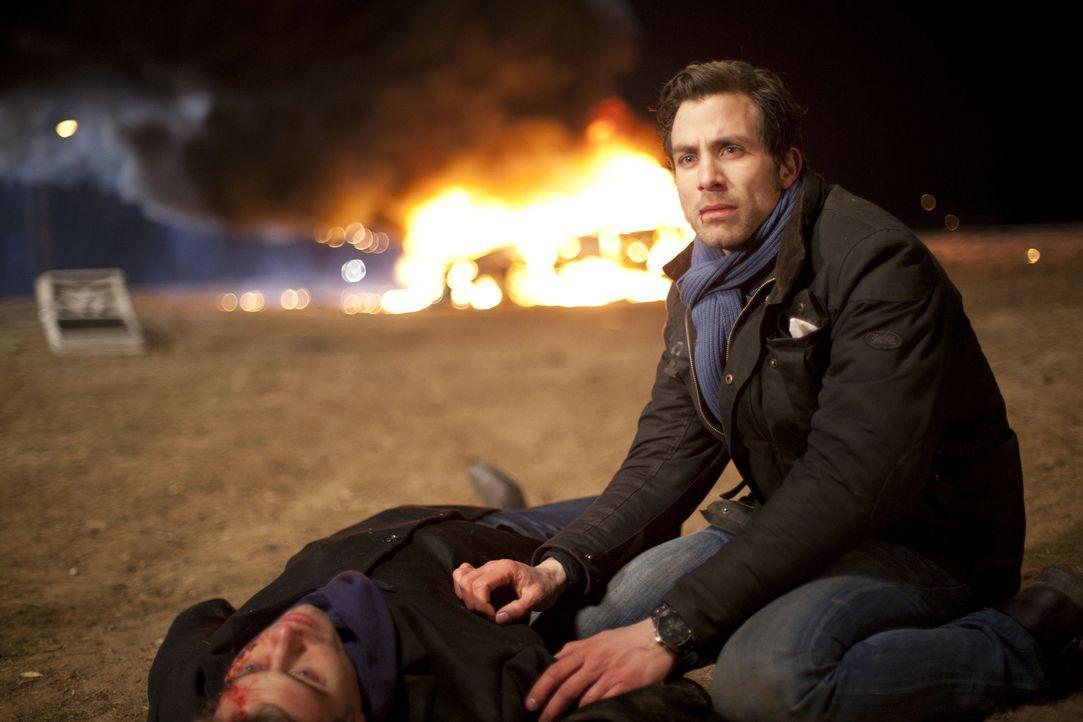 Ein schrecklicher Unfall ist geschehen - wird Michael (Andreas Jancke, r.) Julian (Sebastian Hölz, l.) retten können? - Bildquelle: SAT.1