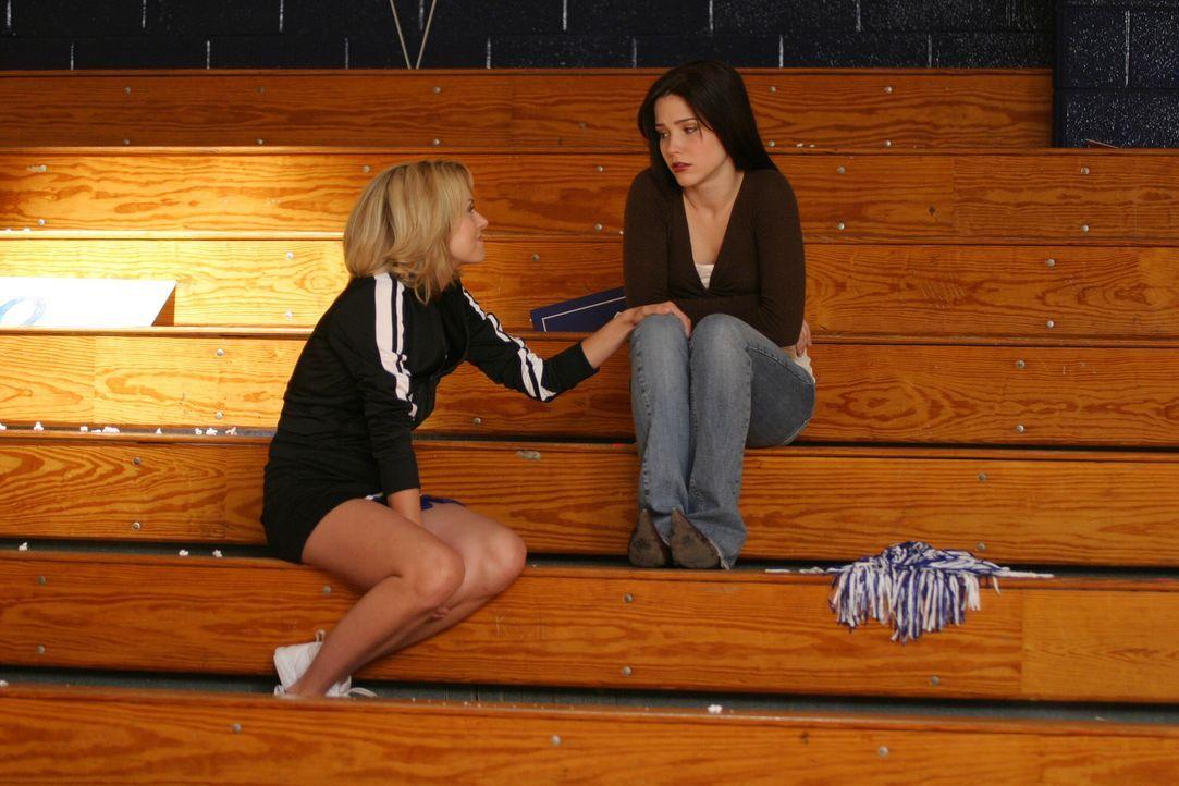 Peyton (Hilarie Burton, l.) versucht ihrer Freundin Brooke (Sophia Bush, r.) klarzumachen, dass sie endlich Lucas die Wahrheit sagen muss ... - Bildquelle: Warner Bros. Pictures