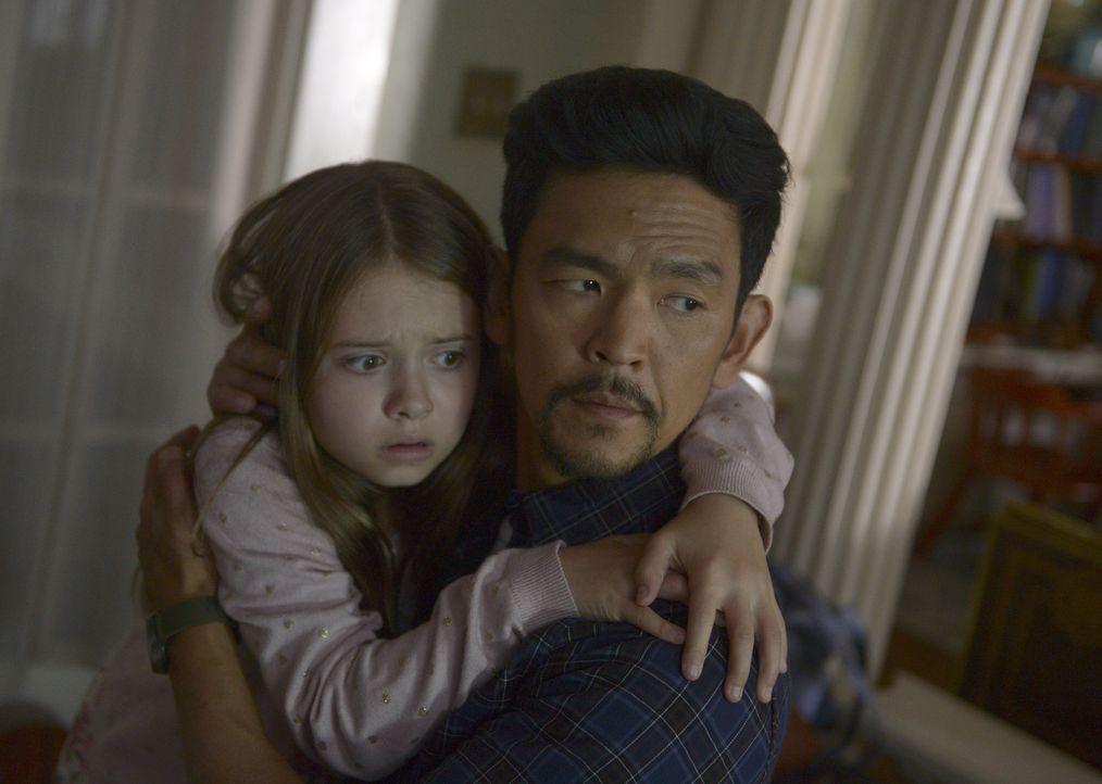 Ausgerechnet als es Andy (John Cho, r.) gelingt, Grace (Amélie Eve, l.) zu überzeugen, das Haus zu verlassen, versetzt ein erschreckendes Naturschau... - Bildquelle: 2017 Fox and its related entities.  All rights reserved.