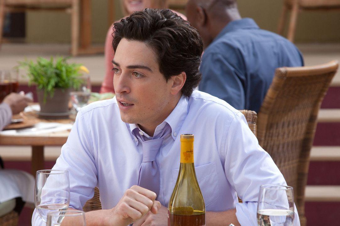 Beim gemeinsamen Essen mit seiner neuen Freundin gerät Fred (Ben Feldman) ordentlich ins Schwitzen ... - Bildquelle: 2011 Sony Pictures Television Inc. All Rights Reserved.
