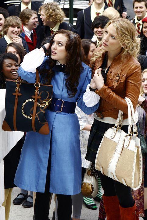 Blair (Leighton Meester, l.) wird gleich am ersten Tag an der Schule von ihren ehemaligen Freundinnen angegriffen. Einzig ihre alte Freundin Serena... - Bildquelle: Warner Bros. Television