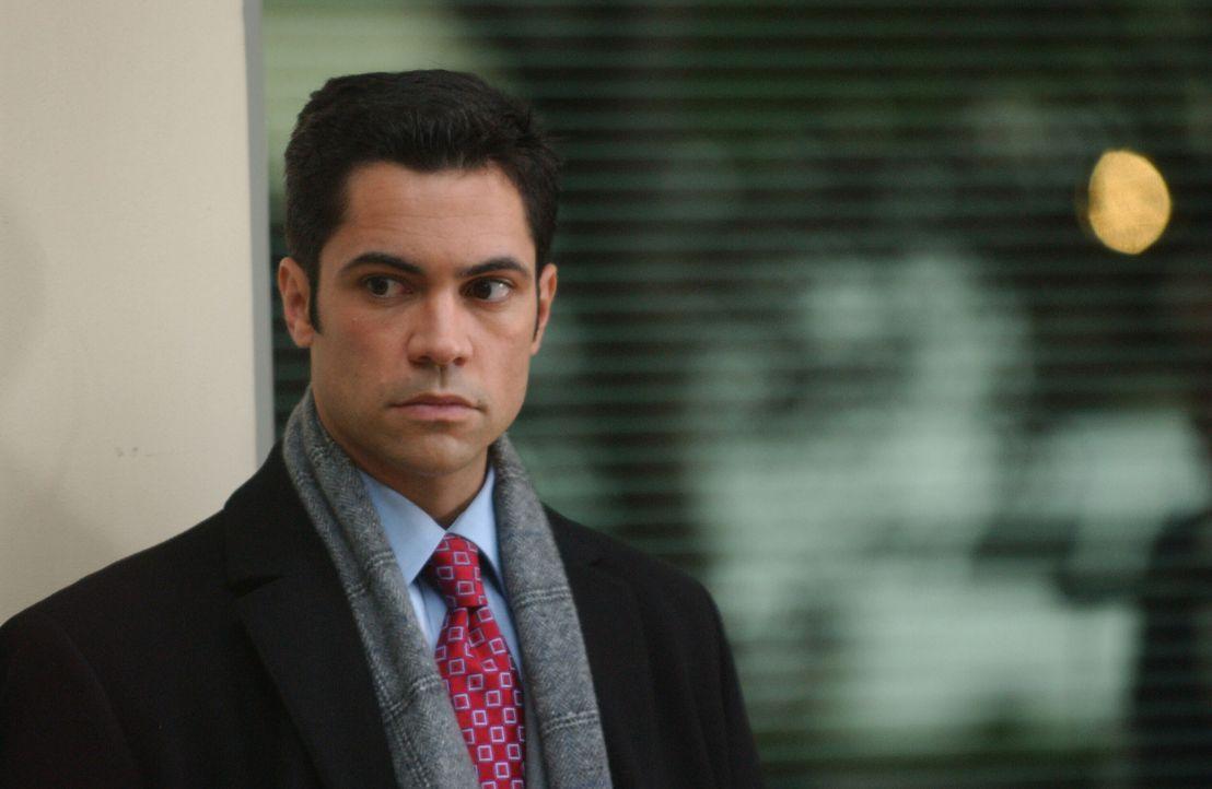 Nachdem feststeht, dass der Täter aus den eigenen Reihen stammt, begegnet Det. Scott Valens (Danny Pino) seinen Kollegen mit Misstrauen ... - Bildquelle: Warner Bros. Television
