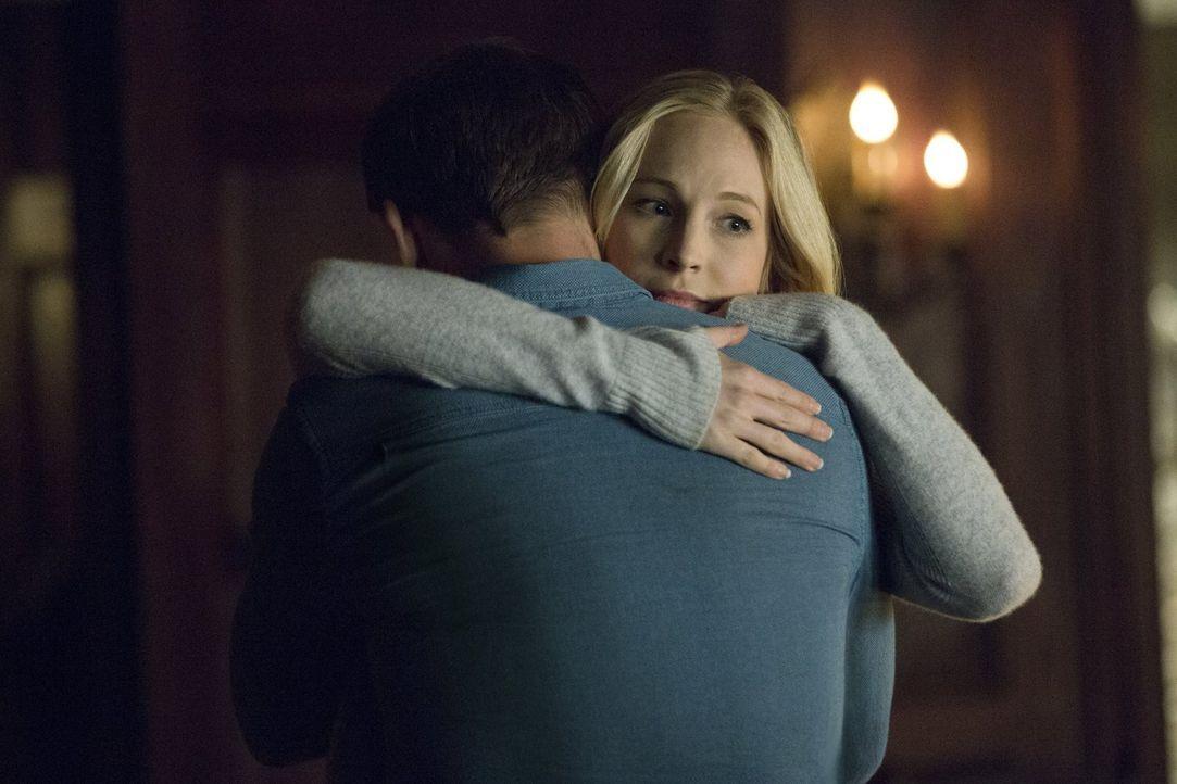 Als sich Caroline (Candice King) von Alaric verabschiedet, ahnt sie nicht, dass der Abschied für sehr lange sein wird ... - Bildquelle: Warner Bros. Entertainment, Inc.