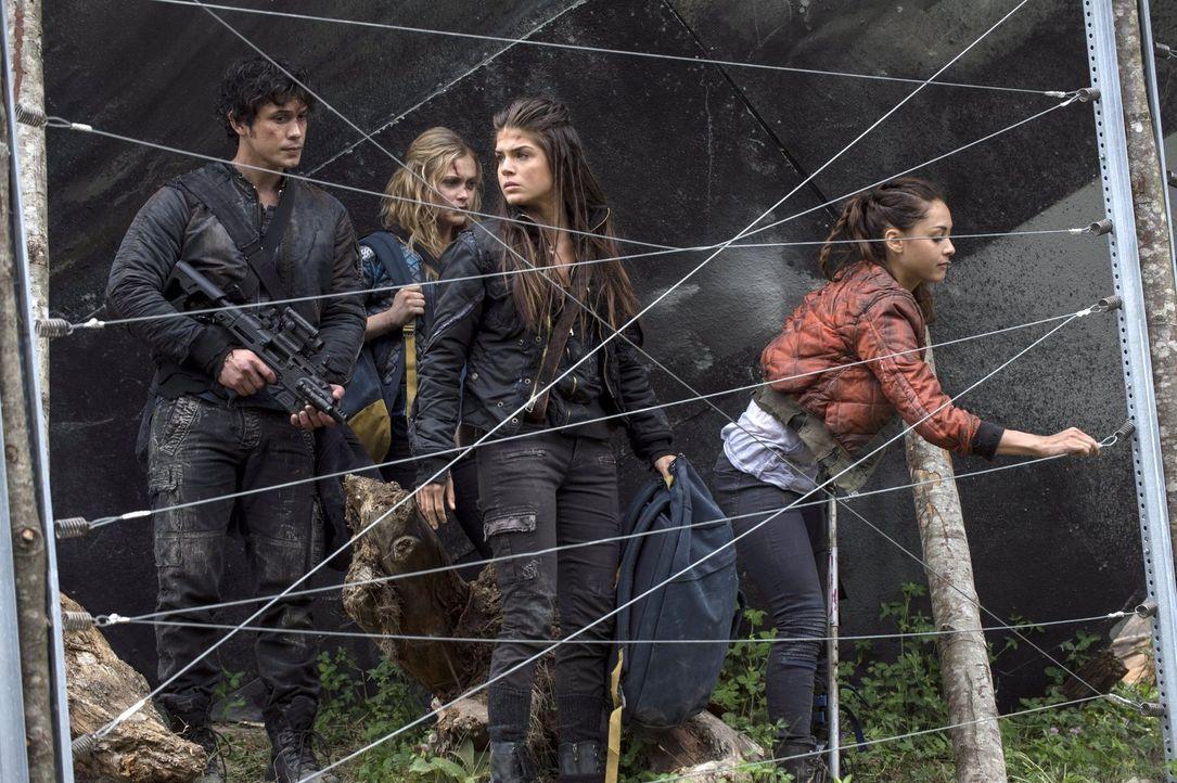Nachdem die Soldaten des Arc ihre Hilfe bei der Suche nach Finn und Murphy verweigern, treffen Bellamy (Bob Morley, l.), Clarke (Eliza Taylor, 2.v.l... - Bildquelle: 2014 Warner Brothers