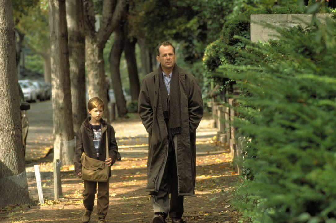 Als Dr. Crowe (Bruce Willis, r.) hinter das Geheimnis des kleinen Cole (Haley Joel Osment, l.) gelangt, gibt es für ihn kein erlösendes Erwachen a... - Bildquelle: Buena Vista Pictures