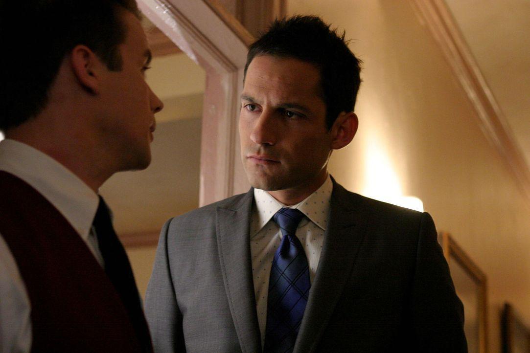 Danny Taylor (Enrique Murciano, r.) befragt einen Hotelangestellten (Craig Watkinson, l.) ... - Bildquelle: Warner Bros. Entertainment Inc.