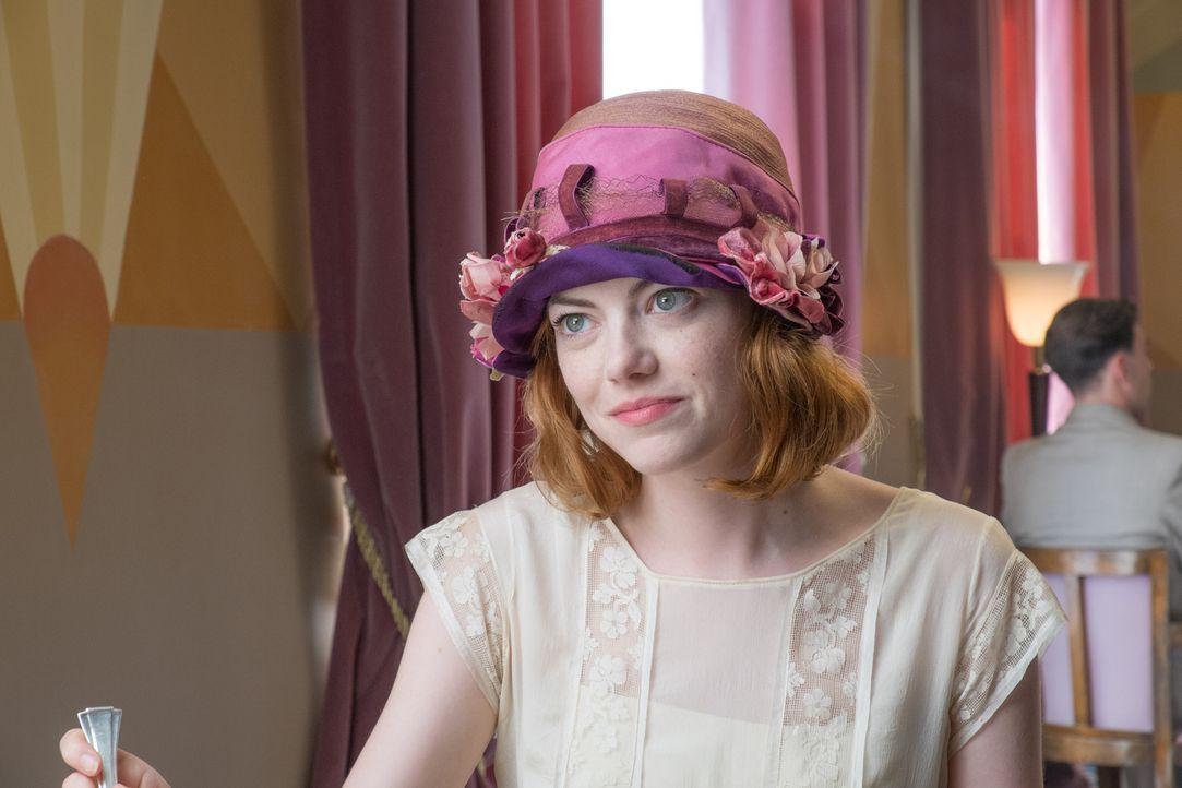 Die junge Sophie Baker (Emma Stone) gewinnt an der französischen Côte d'Azur das Vertrauen einer einflussreichen Familie, indem sie vorgibt, mit den... - Bildquelle: Warner Bros.