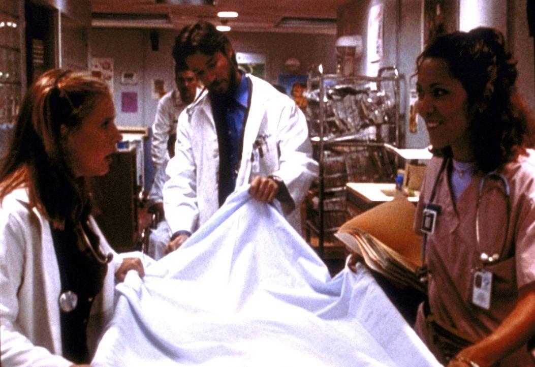 Der Hit in der Notaufnahme: Eine Leiche mit Intimschmuck! Lucy (Kellie Martin, l.) wird damit noch ihre liebe Not haben. - Bildquelle: TM+  2000 WARNER BROS.