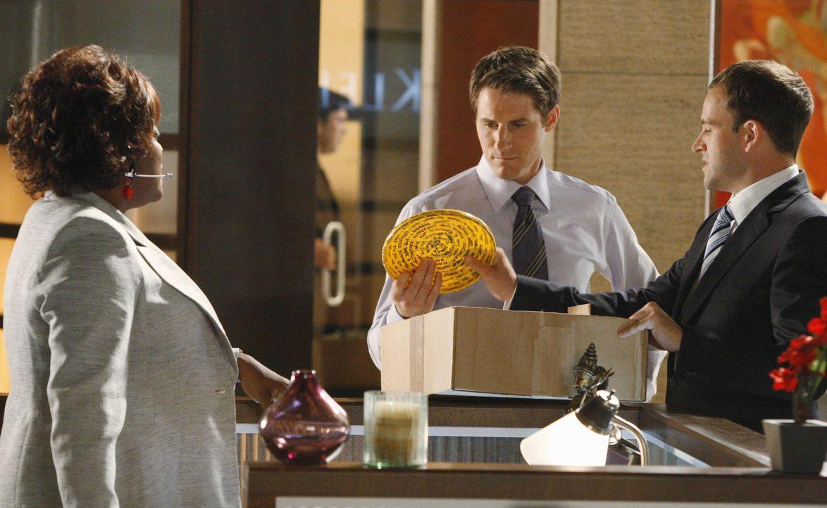 Eli (Jonny Lee Miller, r.) und Patti (Loretta Devine, l.) versuchen Matt (Sam Jaeger, M.) zu überzeugen, die Kanzlei nicht zu verlassen ... - Bildquelle: Disney - ABC International Television