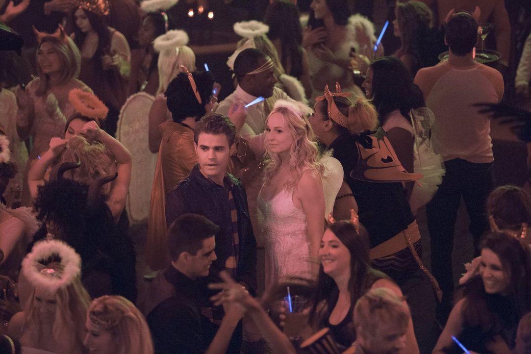 Nachdem Caroline (Candice King, Mitte r.) erfahren hat, welche Bedeutung Valerie damals in Stefans (Paul Wesley, Mitte l.) Leben gespielt hat, möcht... - Bildquelle: Warner Bros. Entertainment, Inc.